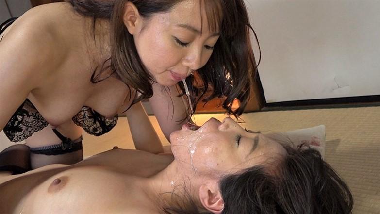 桃瀬ゆりと成宮いろはの唾液交換