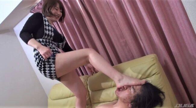 唾液を生足で塗り込む女