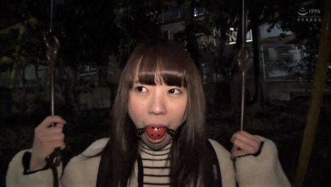 桜井千春が屋外でボールギャグ